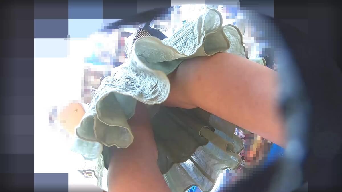 ワンピースJCの足元から忍び寄るわんぱく液さんの靴カメ