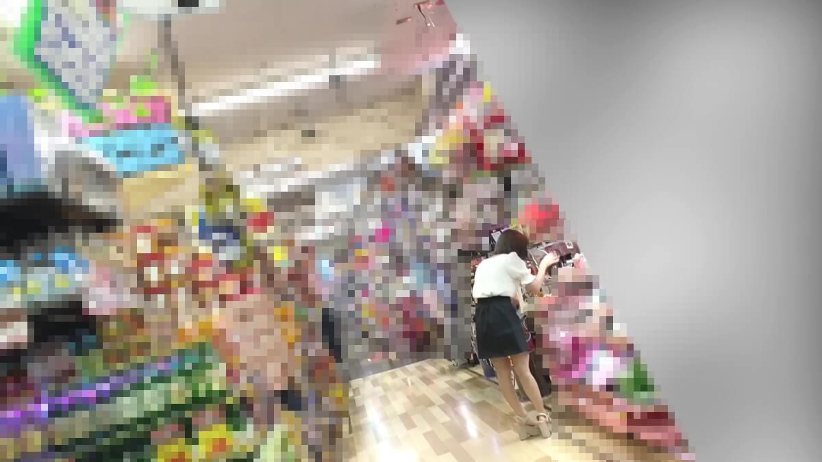 一人で買い物中のイマドキ女子