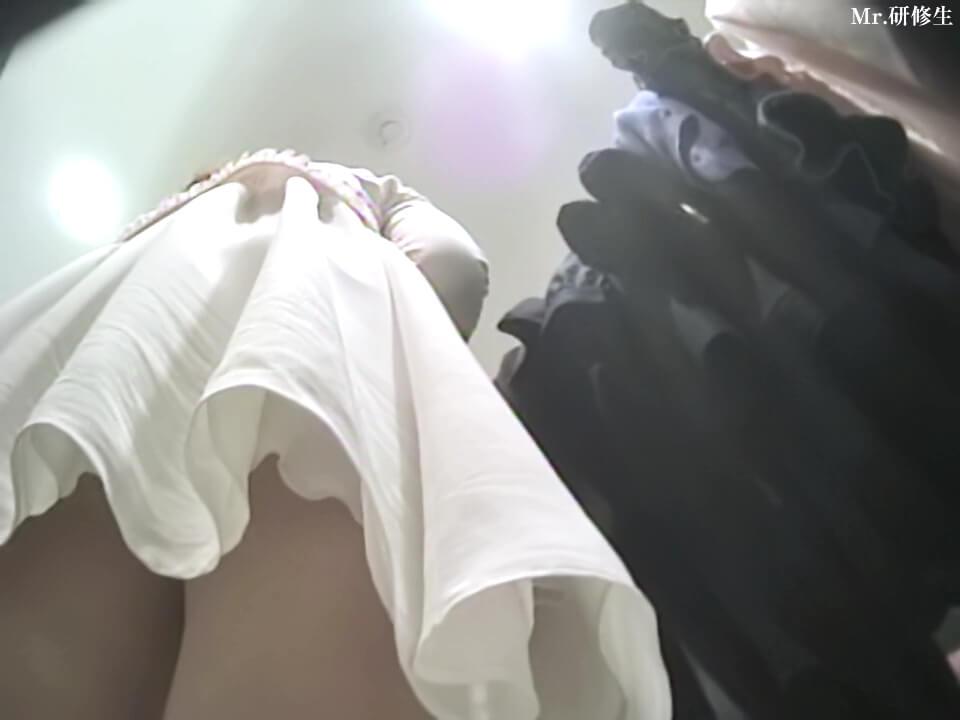 可愛い店員さんのスカートの下から近づくMr.研修生さんの盗撮カメラ