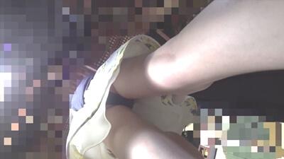 スラっと伸びた脚からパンツを逆さ撮り