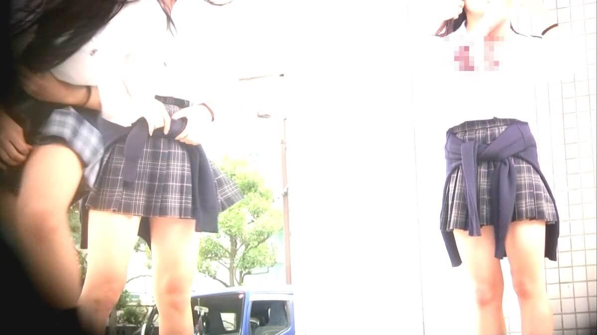 スカートがめくれて笑う制服JK