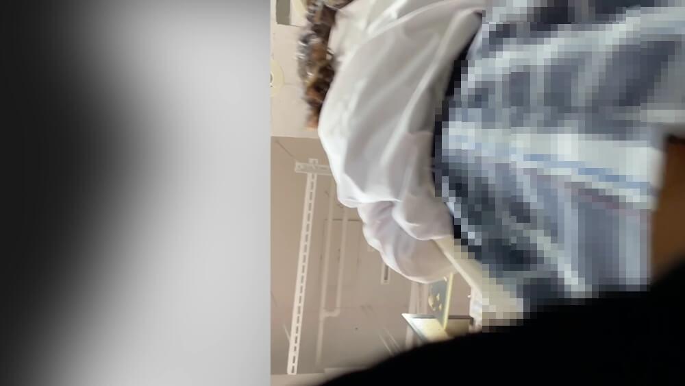 制服JKのチェックスカートの下からチキンさんのカメラが忍び寄る
