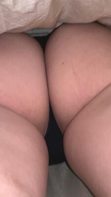 スカート内でTバックからハミ出た尻肉を隠し撮り