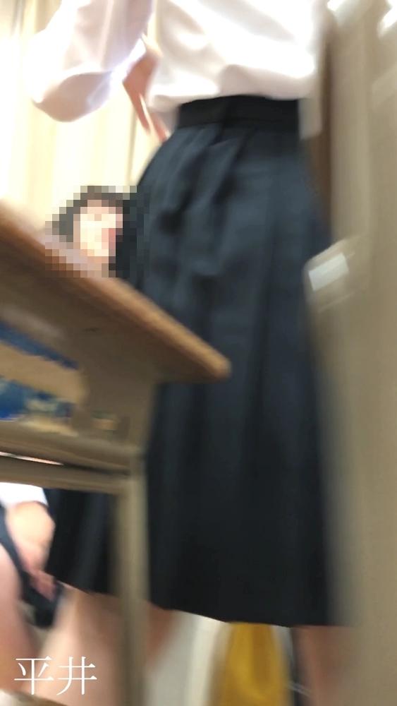 教室で友達と立ち話をする制服JK