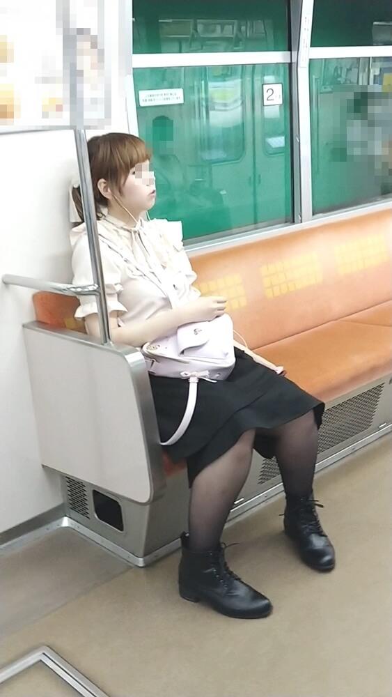 黒パンストを履いたロリータ系ファッションの女性を電車内で隠し撮り