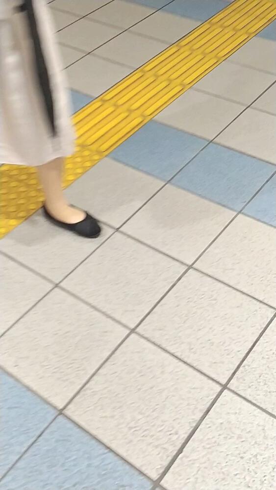 急に振り返った女性の足