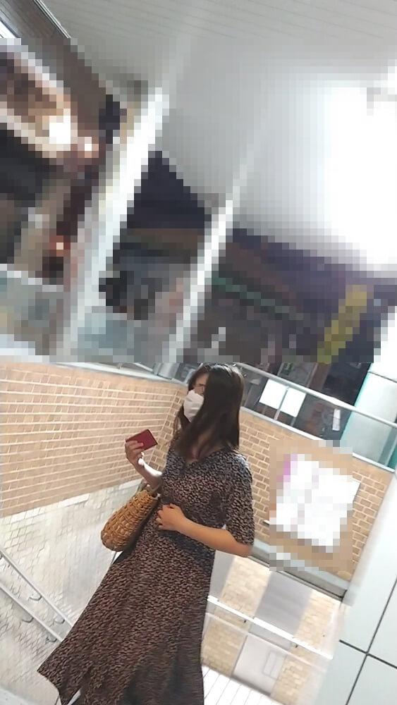 ロングワンピースを着た女性