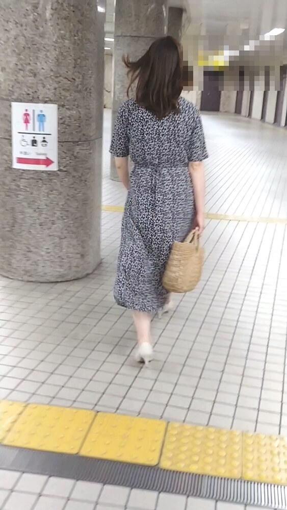 ロングワンピースの中で盗撮された女性の後ろ姿