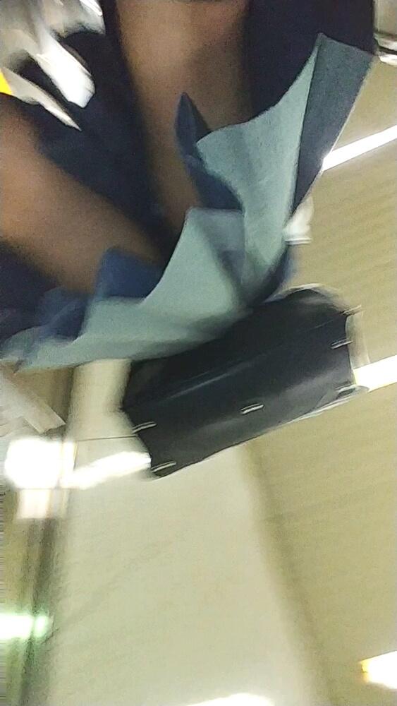うにさんのスマホカメラが制服女子のスカートの下から迫る