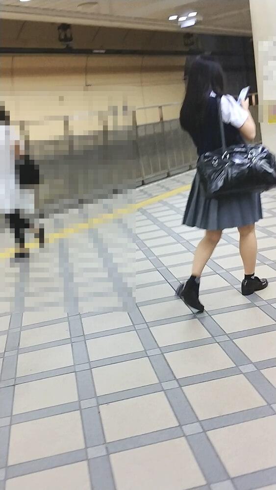 制服女子の後ろ姿を隠し撮り