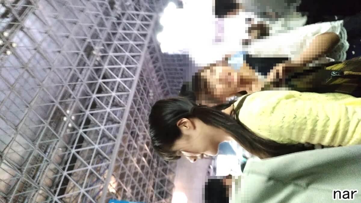 逆さ撮りされた女性の横顔を隠し撮り