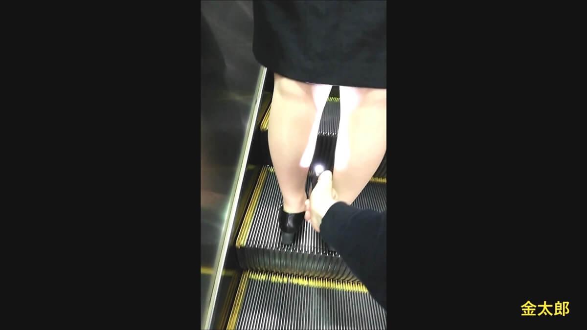 リクスー女性のスカートにデジカメを差し込むPcolle作者の金太郎さん