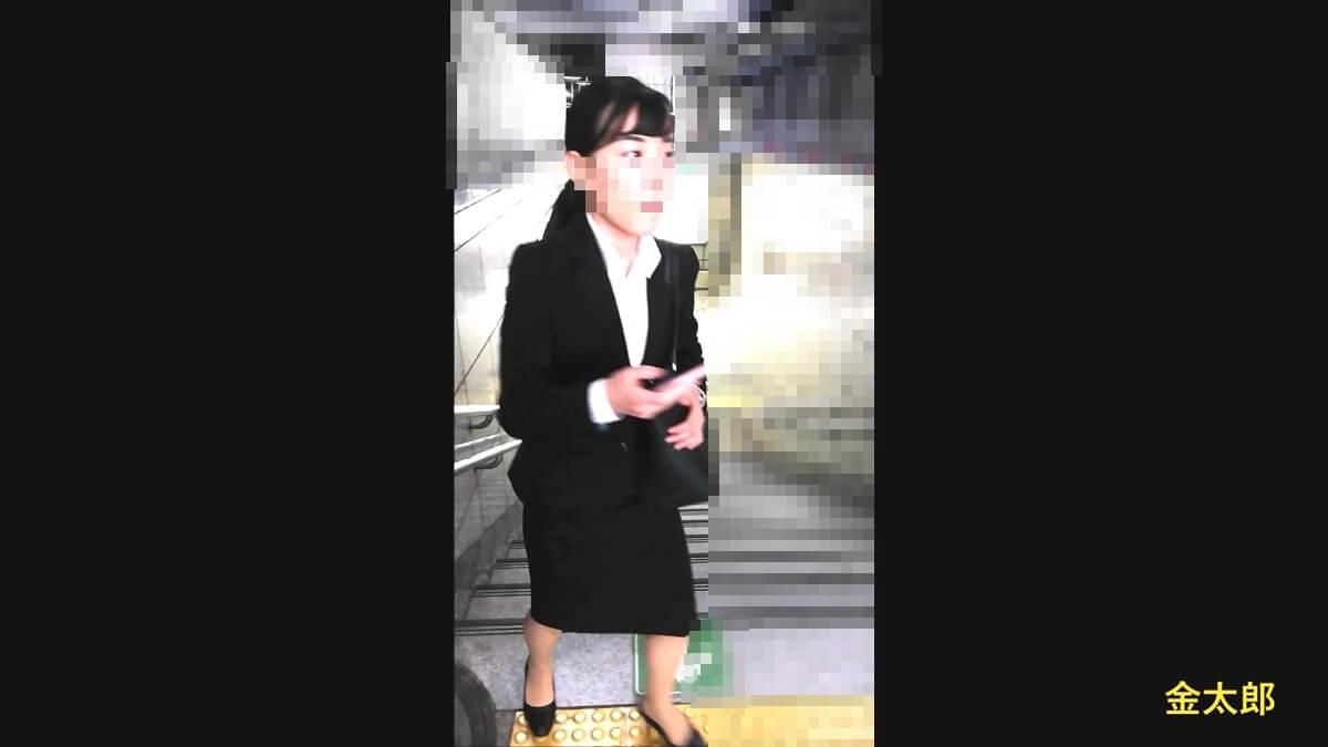 金太郎さんを避けて歩いていくリクスー女性