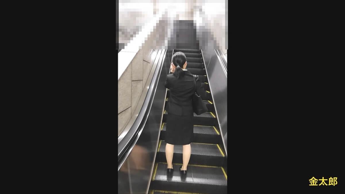 エスカレーターに乗るリクスー女性の後ろ姿を隠し撮り