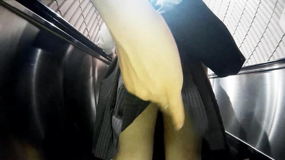 JKの制服のスカートに手をかける