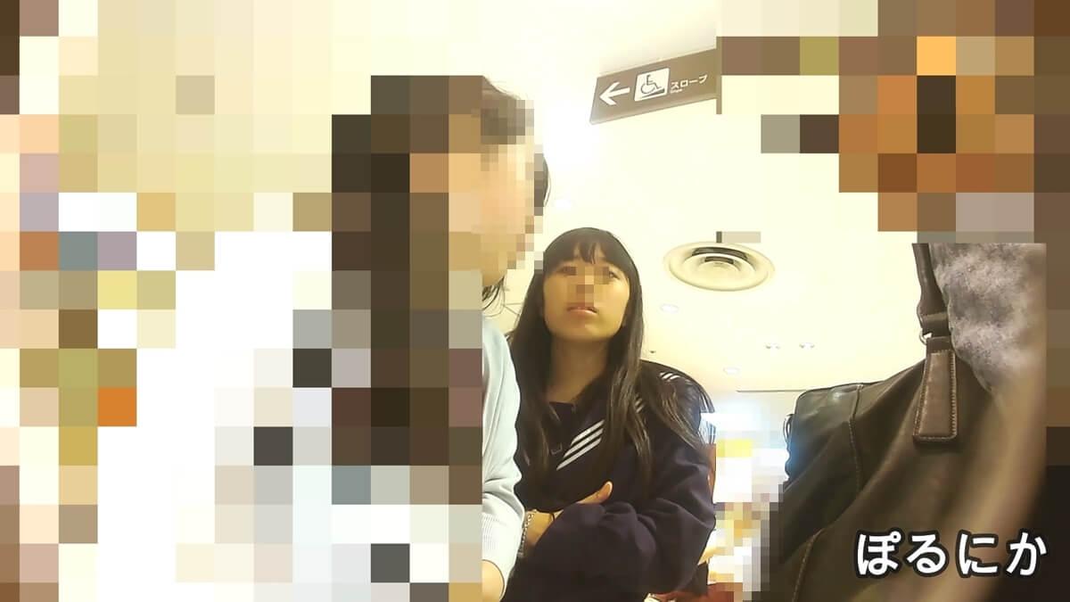お母さんと買い物中の制服JKの顔を隠し撮り