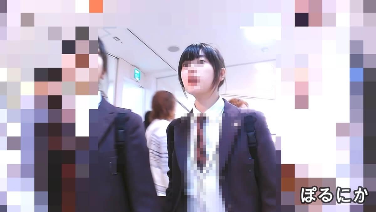 色白美人な制服JKの顔を隠し撮り