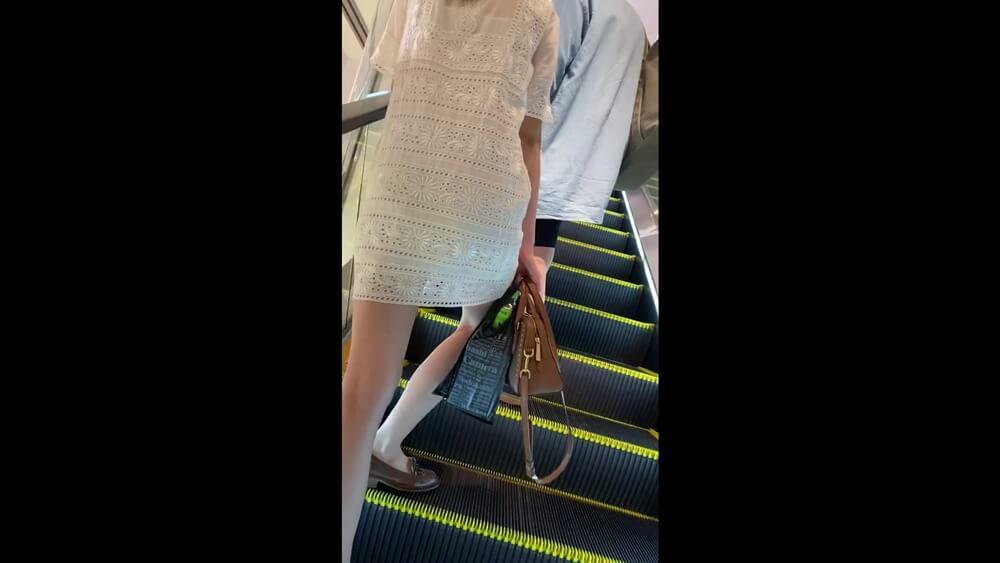 ミニ丈ワンピースの女性の後ろ姿を隠し撮り