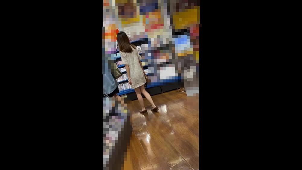 ミニ丈ワンピースの女性を店内で隠し撮り