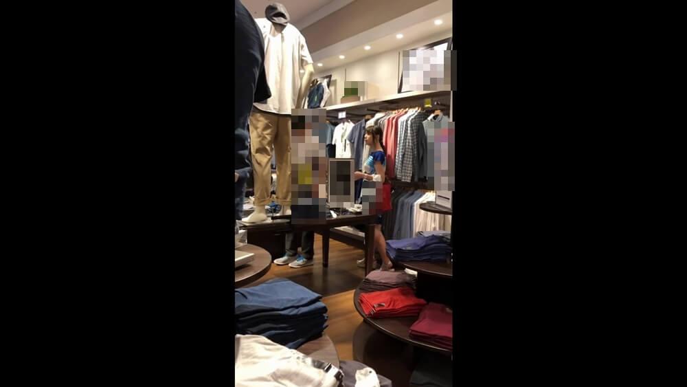 旦那と買い物中の人妻