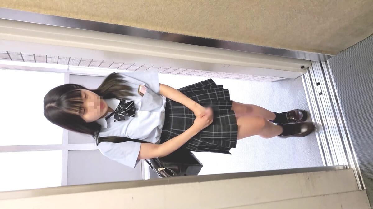 エレベーターに乗ってくる制服JKの妹