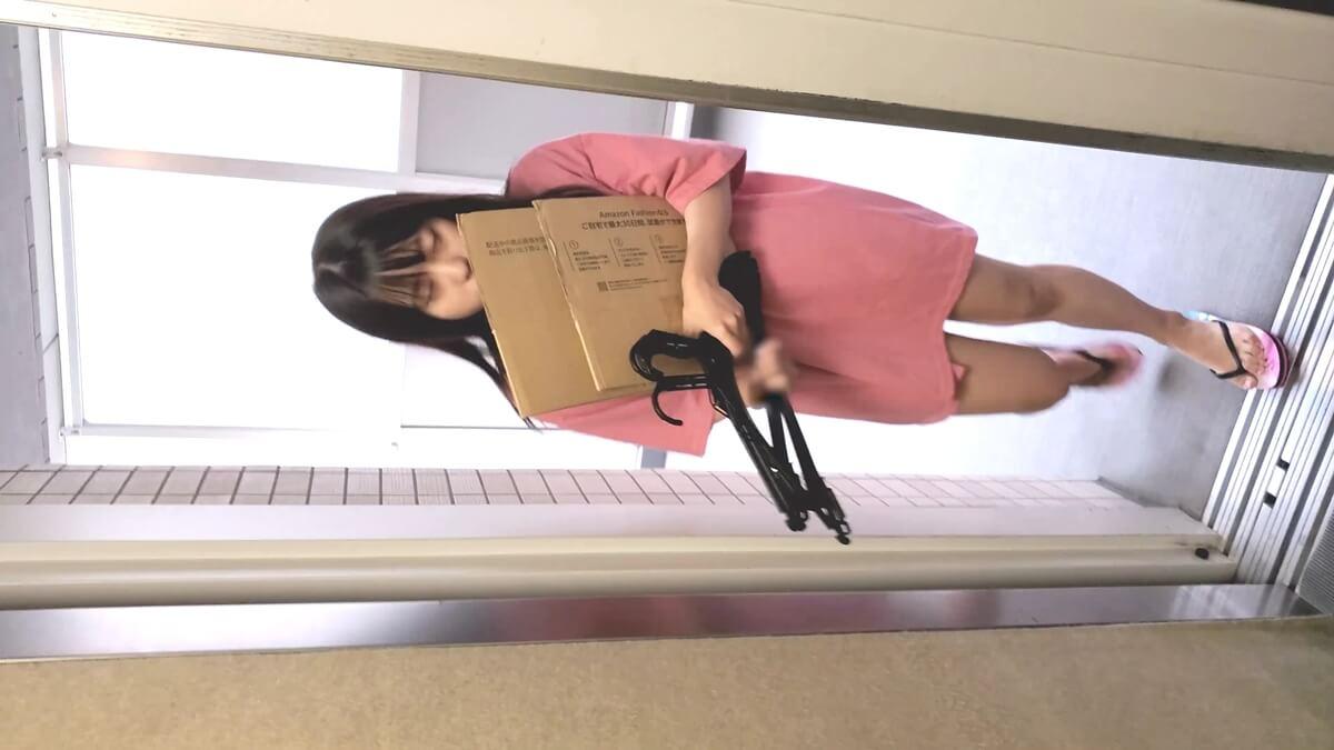 ダンボールを抱えてエレベーターに乗ってくる妹