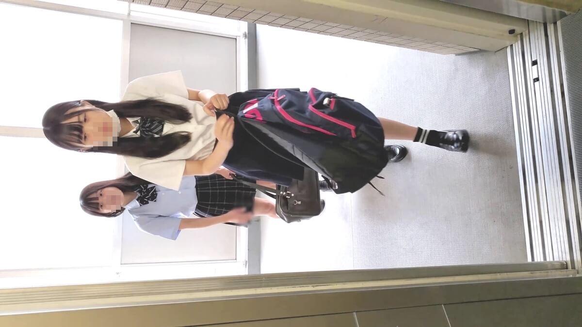 エレベーターを待つ制服JK姉妹