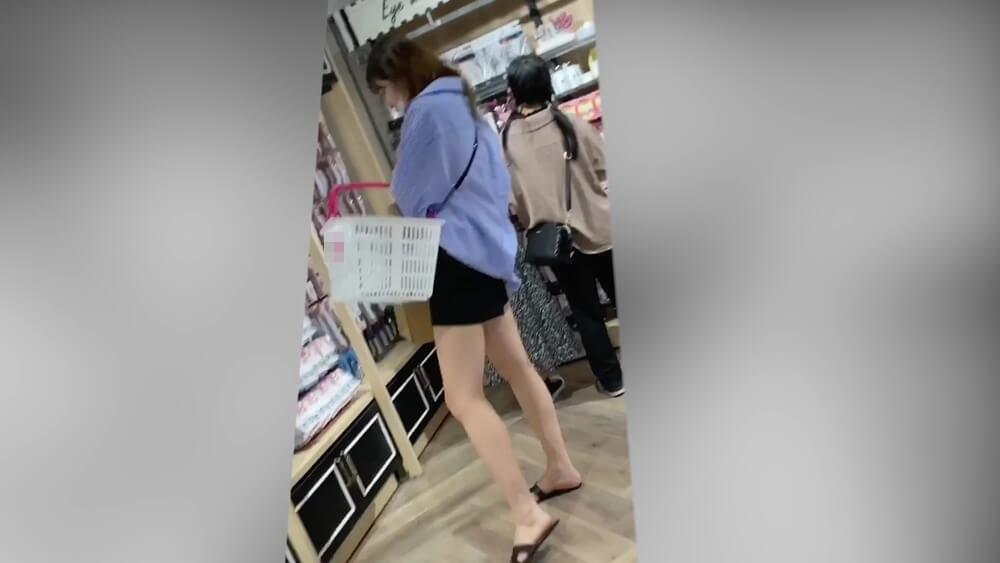 サラッと着た服がカッコいいモデル体型の女性
