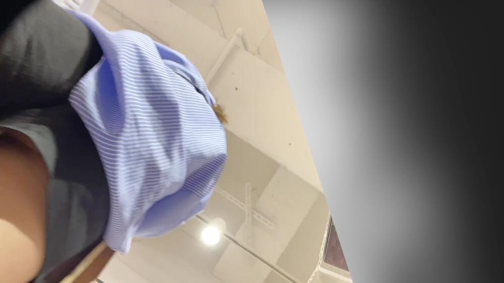 モデル体型の女性のショートパンツの下からチキンさんのカメラが忍び寄る