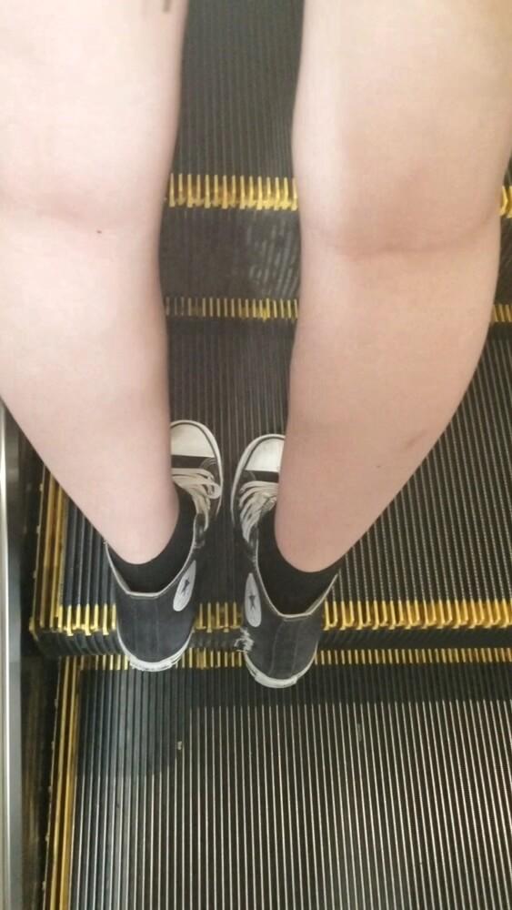ミニスカ女性の生脚