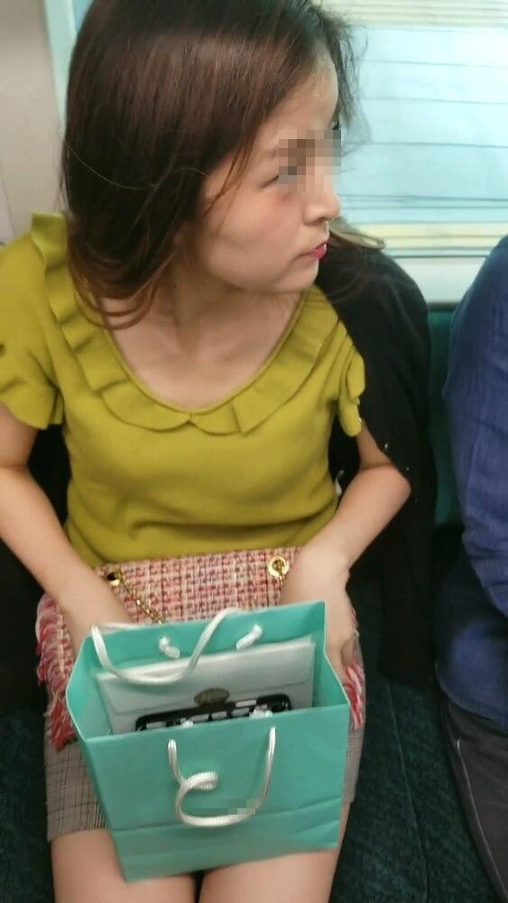 ミニスカ美人女性の横顔