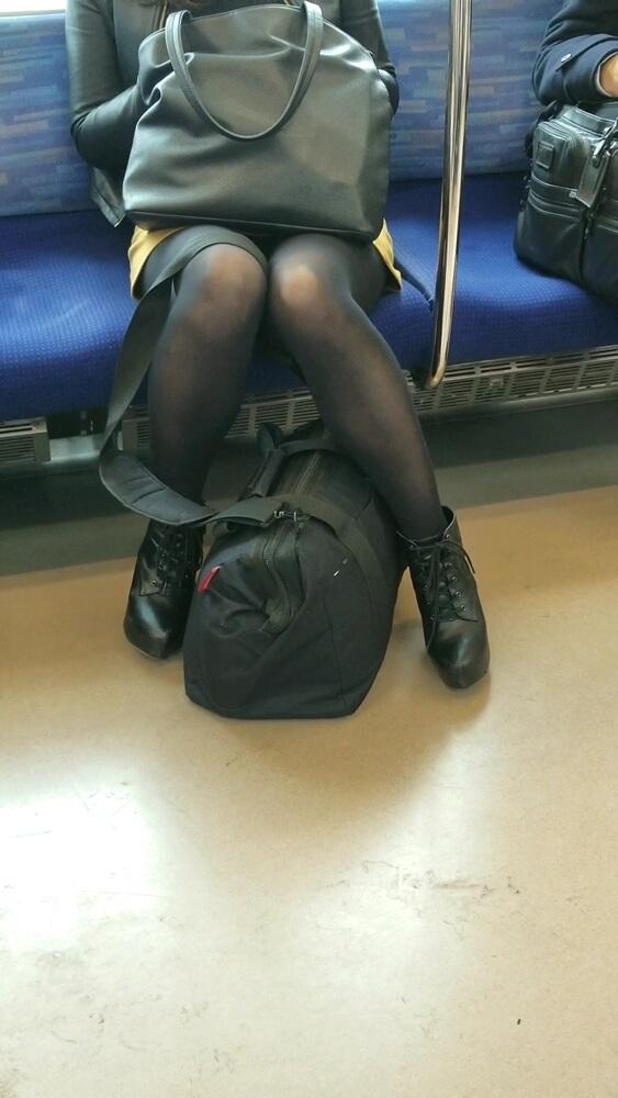 マスク美女の黒タイツ脚