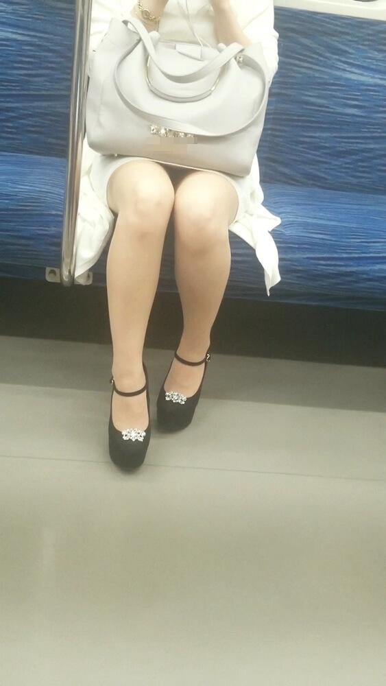 清楚女性のナチュスト脚