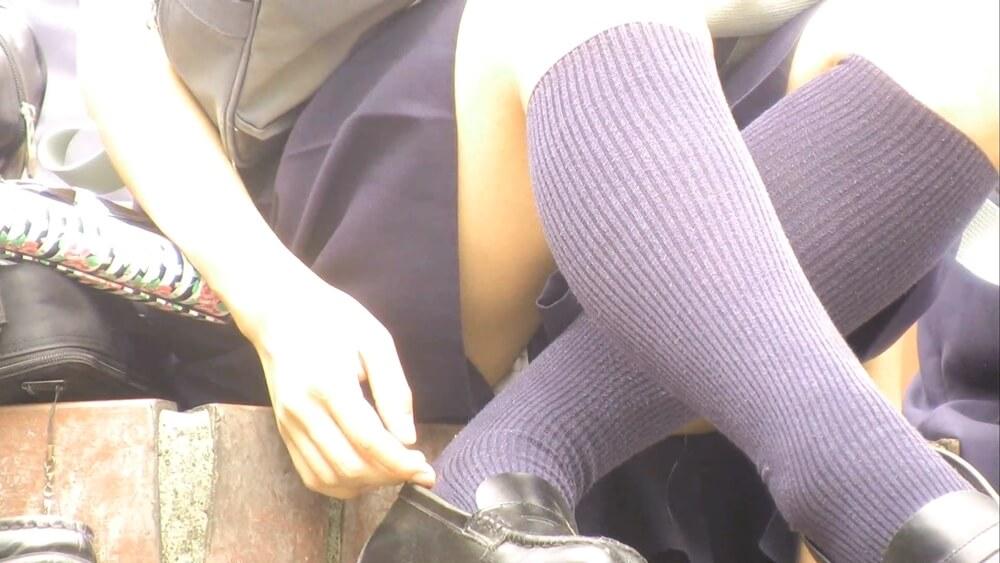脚の隙間からパンチラする制服JK