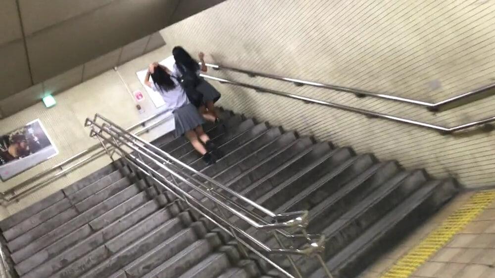 階段を上がる制服JK