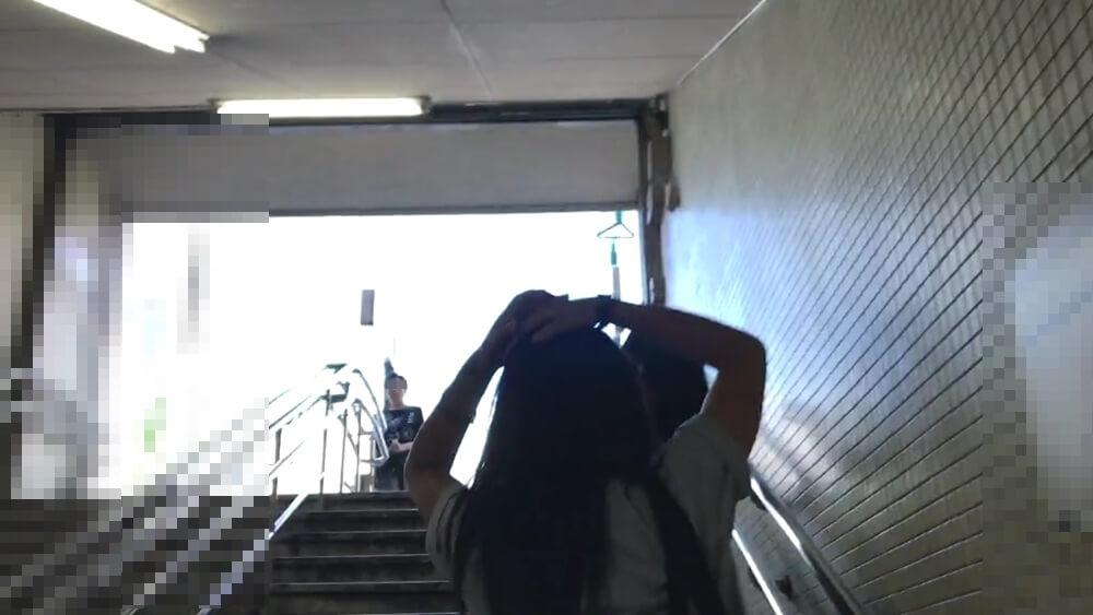 階段を登る制服JKを背後から隠し撮り