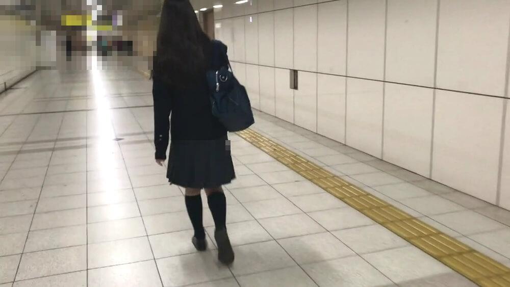駅構内を歩く制服JK
