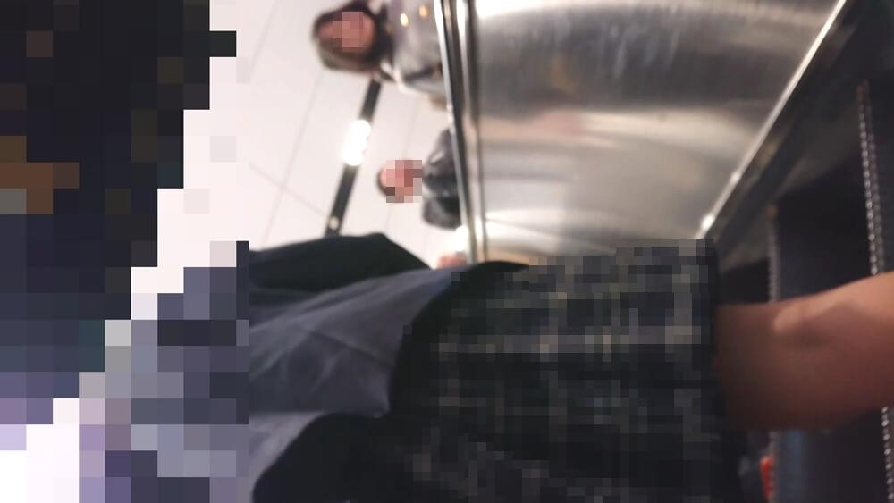 エスカレーター上で制服JKの後ろ姿を隠し撮り