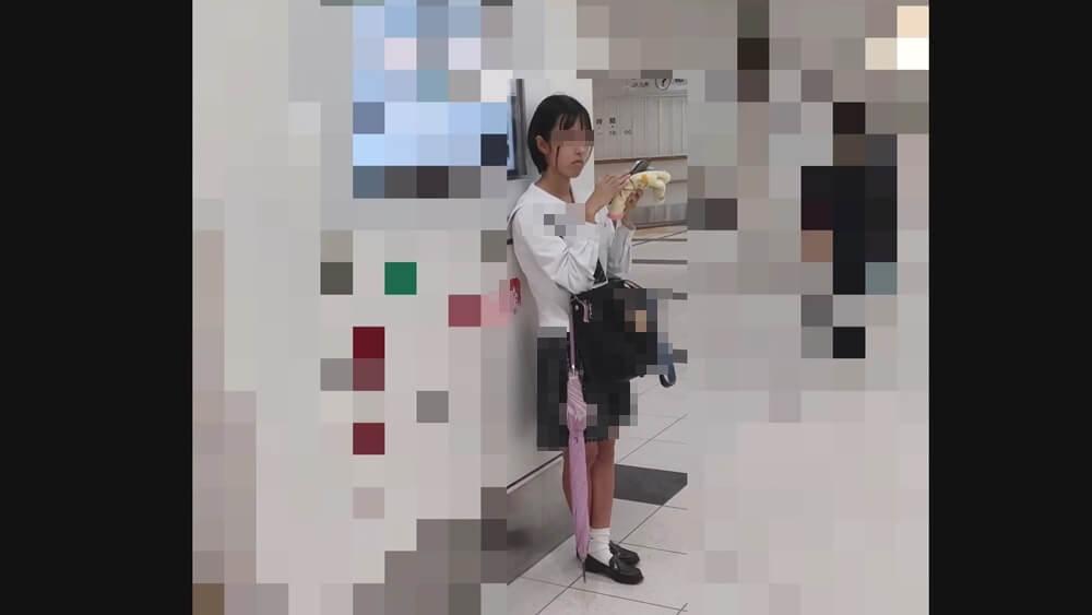 愛の戦士さんのカメラを意識する制服JK