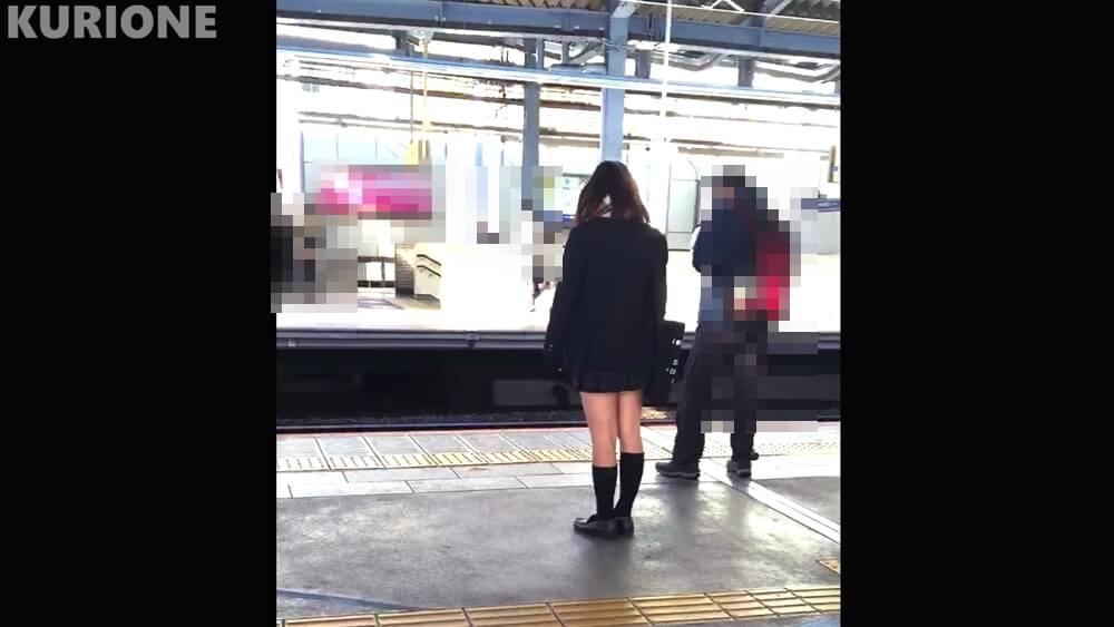 電車待ちの制服JKの後ろ姿
