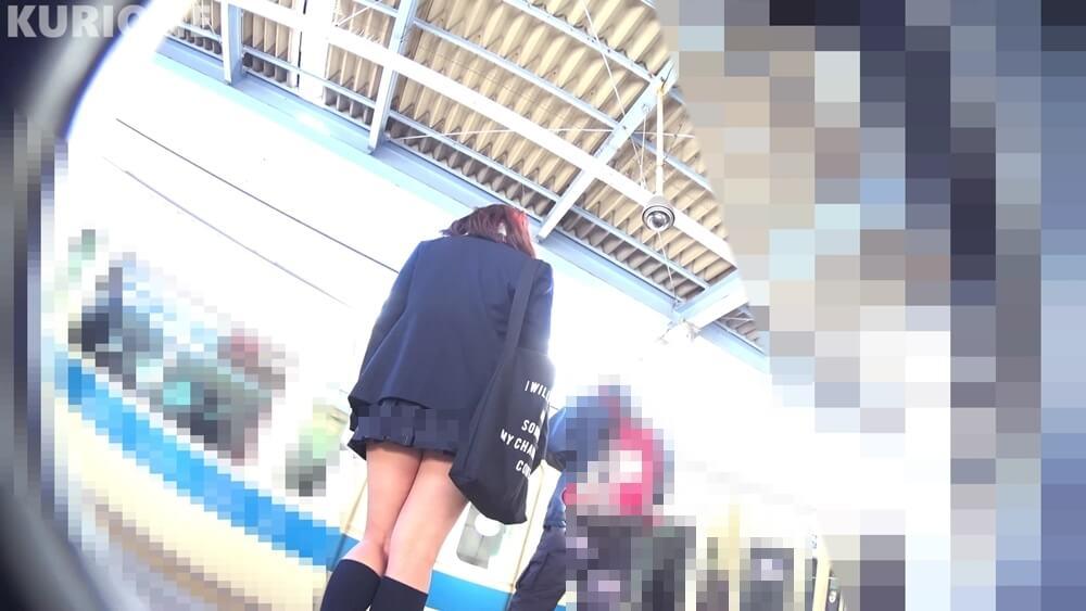 駅のホームで電車待ちの制服JK