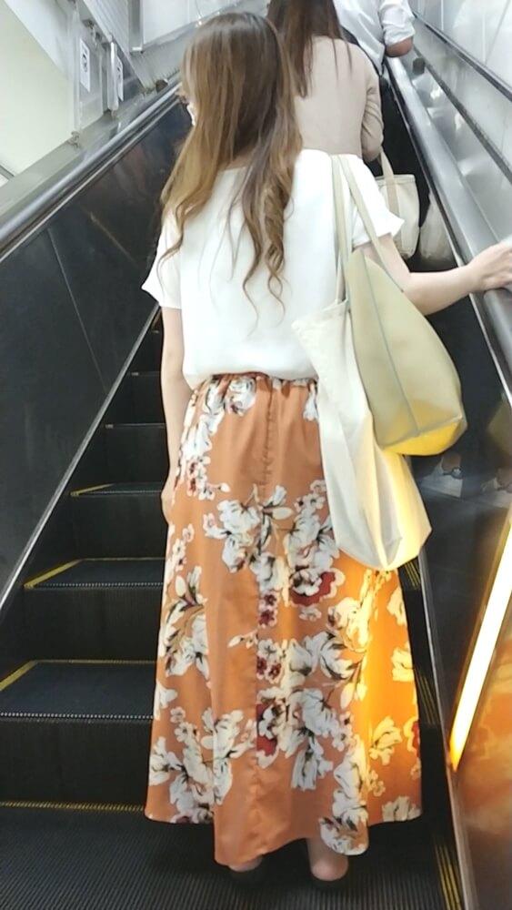 かなり長いロングスカートを履いた女性