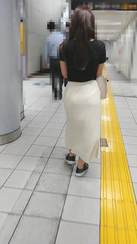 パンツの線が透けてる女性の後ろ姿