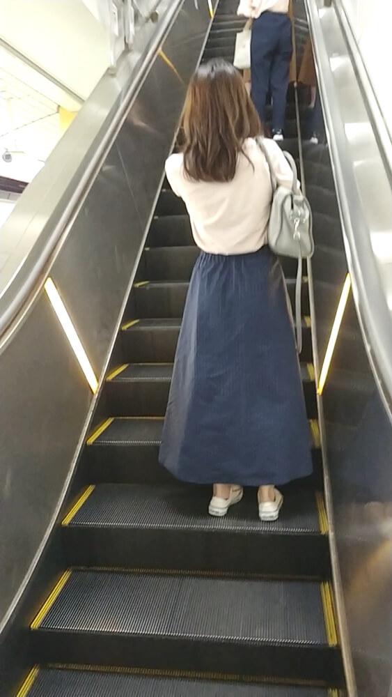 ロングスカート女性の後ろ姿