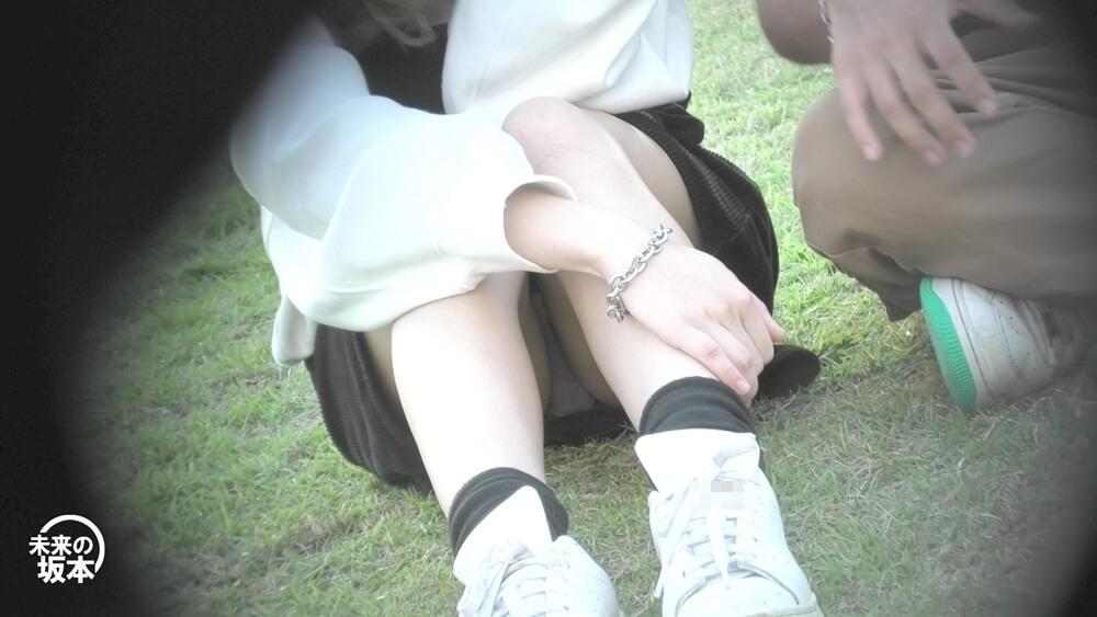 芝生の上に座る女子を正面からパンチラ撮影