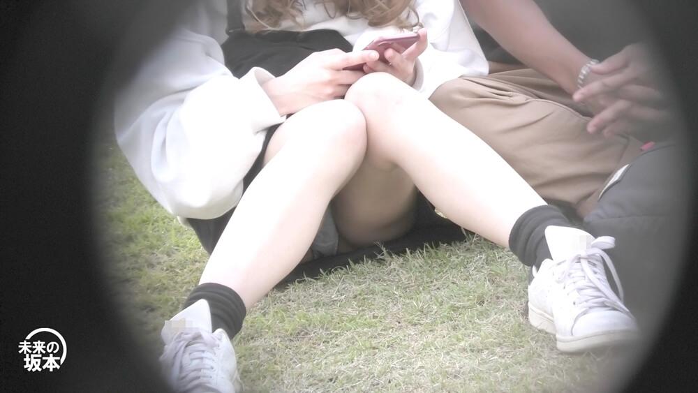 座っている女子の脚の隙間からパンチラ