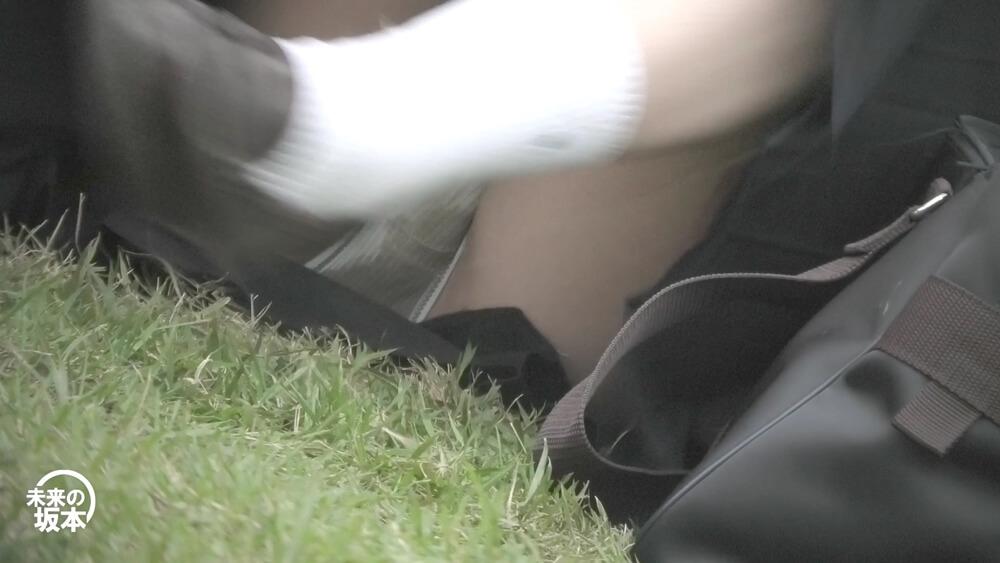 セーラー服JKが脚を組み直す時にパンチラ