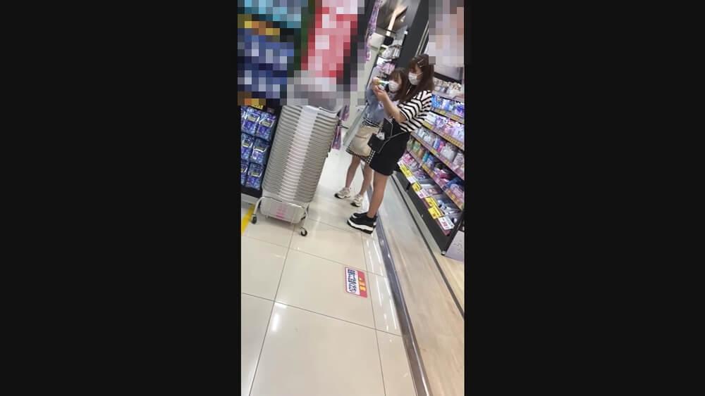 ショッピング中の姉妹のような二人組
