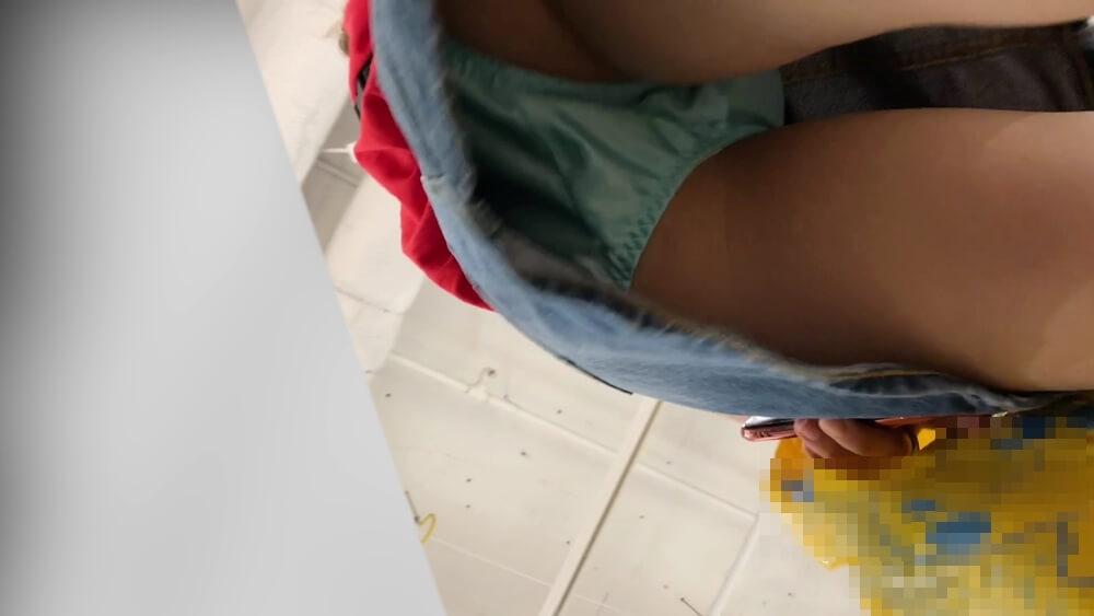 デニムスカートから水色サテンパンチラを逆さ撮り