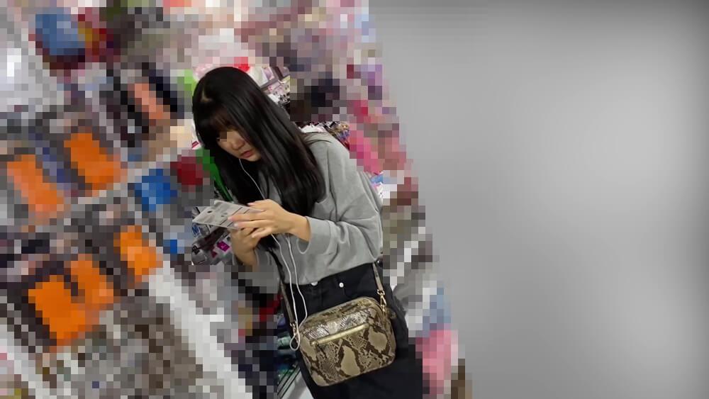 うつむき加減の買い物中のターゲット女性